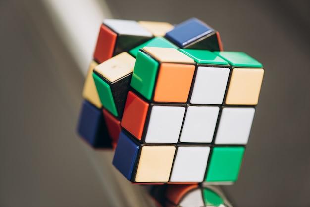 Rubiks würfel auf unscharfen hintergrund