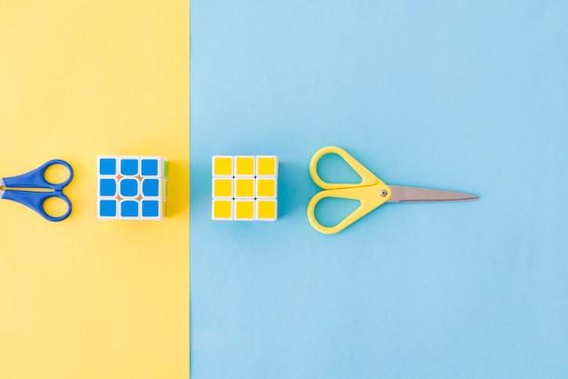 Rubiks würfel und bunte scheren