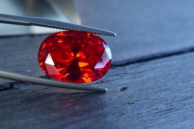 Rubin ist ein wunderschöner roter edelstein auf einem holzboden
