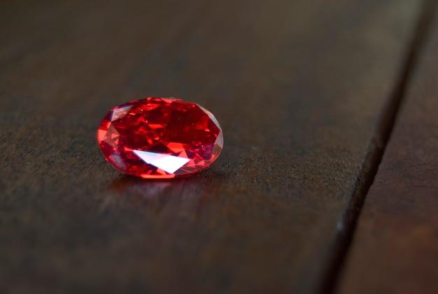 Rubin ist rot edelstein schön von natur aus für die herstellung von teurem schmuck