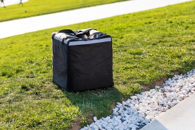 Rucksack, kuriertasche auf dem grünen gras
