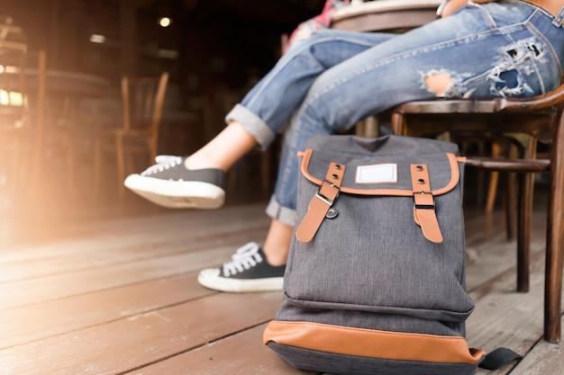 Rucksack mit reisenden für reisekonzept