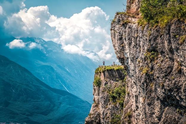 Rucksackwanderung auf einem berg mit erhobenen händen und genießen der landschaft