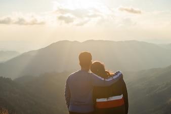 Rückseite der Paarliebe stehen auf dem Spitzenberg, der Ansicht mit Nebel und Wolke schaut.