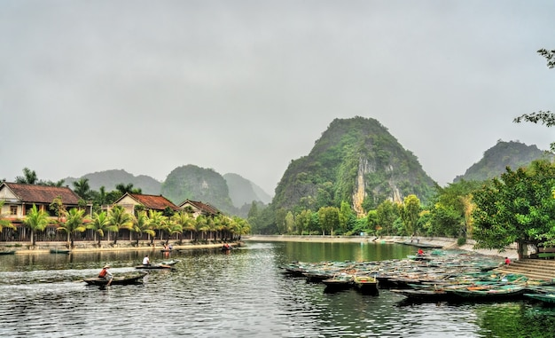 Ruderboote in der stadt tam coc im trang an scenic area, der provinz ninh binh in vietnam
