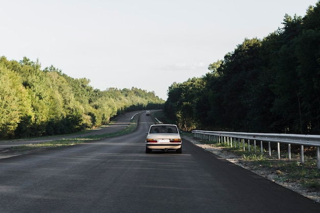 Rückansicht altes auto auf straße