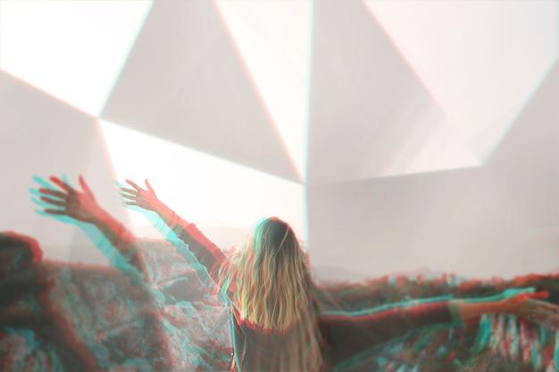 Rückansicht der frau mit prismen-kaleidoskop-effekt