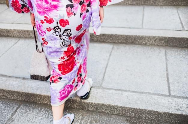Rückansicht der frau trägt einen kimono
