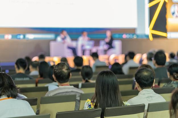 Rückansicht der zuhörerschaft zuhörende sprecher auf der bühne im konferenzsaal oder seminar me