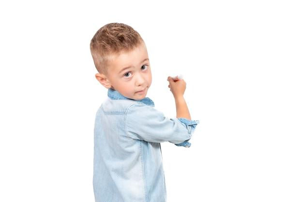 Rückansicht des little boy-zeichnung mit bleistift und blick in die kamera isoliert auf weißem hintergrund. nahaufnahme foto