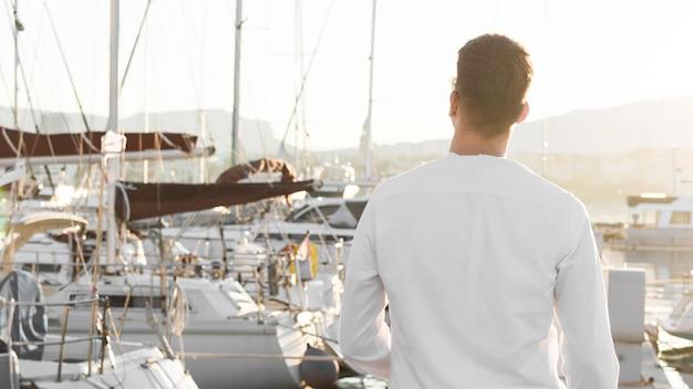Rückansicht des mannes am yachthafen