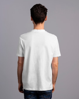Rückansicht des mannes, der im t-shirt aufwirft