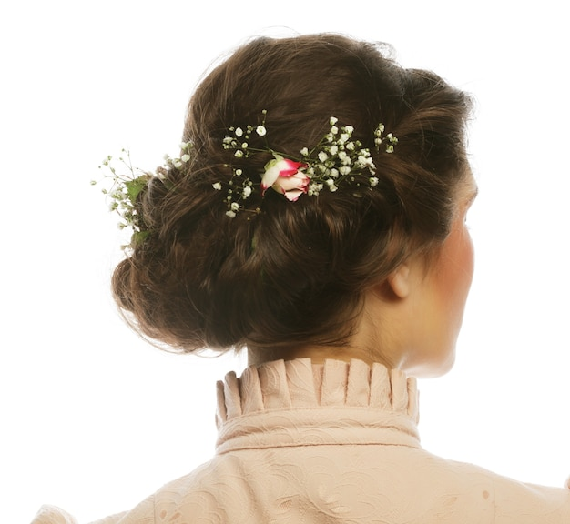 Rückansicht des schönen haarschnitts mit kleinen rosa blumen