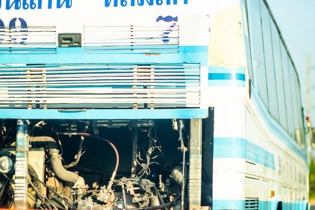 Rückansicht eines busses mit geöffneter hinterer motorraumtür.