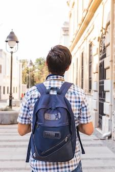 Rückansicht eines mannes mit rucksack