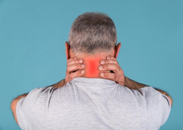 Rückansicht eines mannes mit starken nackenschmerzen