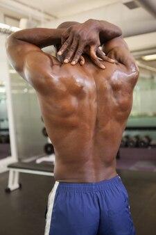 Rückansicht eines shirtless bodybuilders