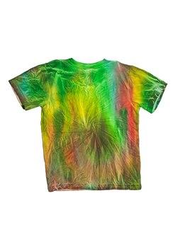 Rückansicht eines t-shirts im tie-dye-stil auf einem weißen hintergrund. flach liegen.