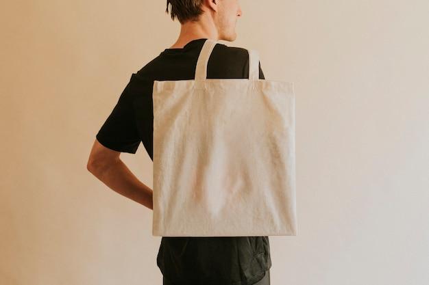 Rückansicht mann, der einkaufstasche trägt