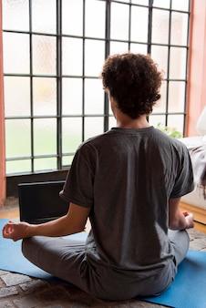 Rückansicht mann meditiert