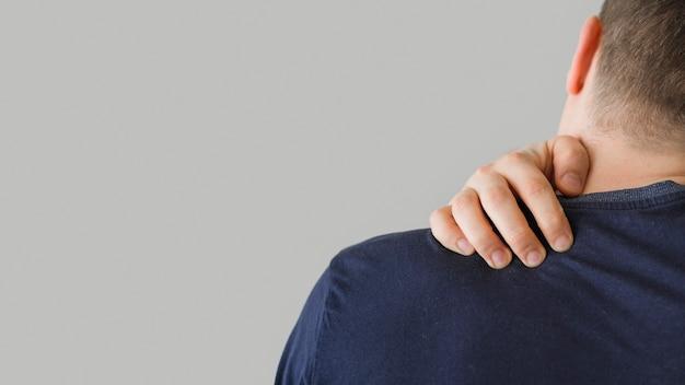 Rückansicht mann mit nackenschmerzen