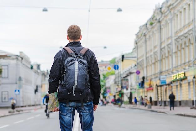 Rückansicht om tourist mit rucksack