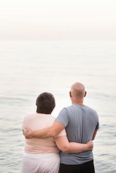 Rückansicht partner halten sich gegenseitig