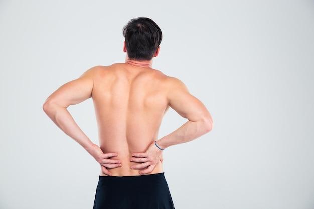 Rückansicht porträt eines fitness-mannes mit rückenschmerzen isoliert