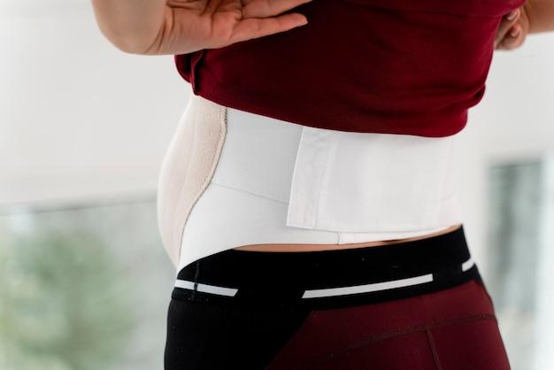 Rückansicht schwangere frau tragen