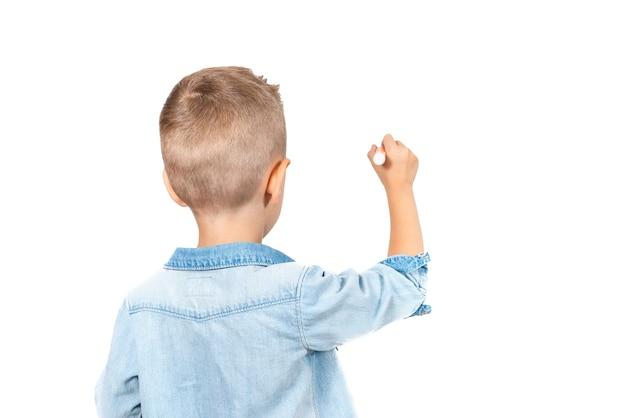 Rückansicht von little kid drawing mit bleistift und isoliert auf weißem hintergrund. nahaufnahme foto