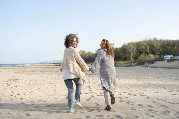 Rückansicht von mutter und tochter am strand