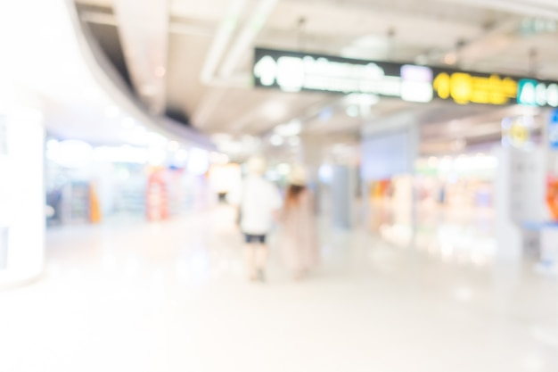 Rückansicht von touristen rund um den flughafen zu fuß