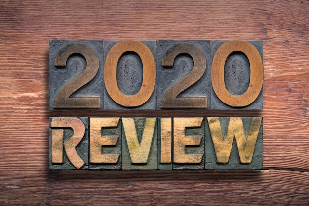 Rückblick 2020 kombiniert aus vintage-buchdruck auf lackierter holzoberfläche