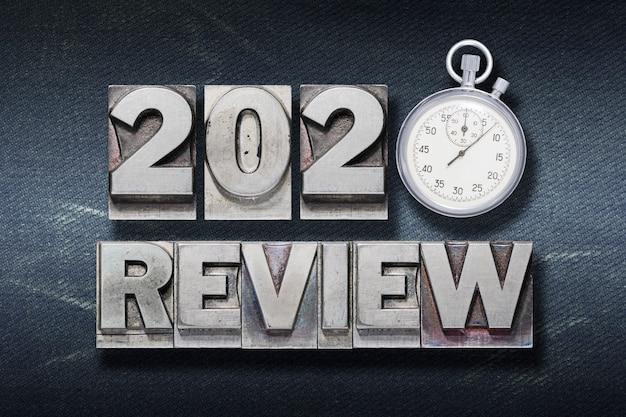 Rückblick 2020 satz aus metallischem buchdruck mit stoppuhr