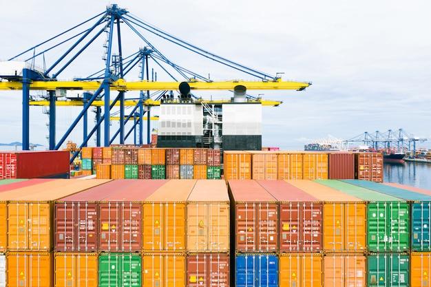 Rückblick containerschiff. geschäftslogistiktransport seefracht, frachtschiff