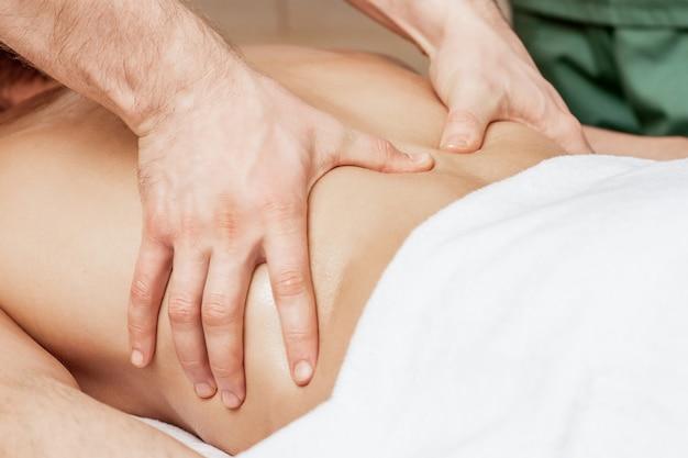 Rückenmassage auf dem rücken des mannes.
