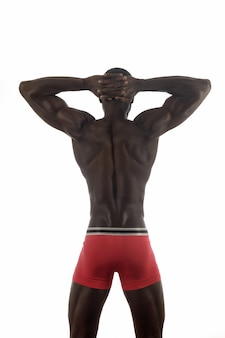 Rückenmuskulöser mann mit weiß