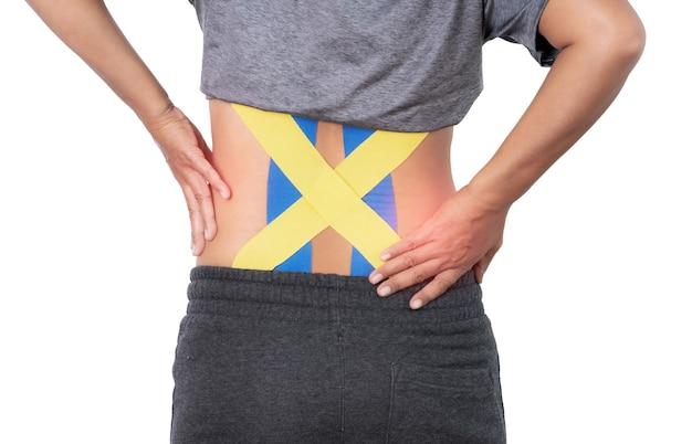 Rückenschmerzen, kinesiologie-taping auf frau zurück auf weißem hintergrund mit beschneidungspfad.