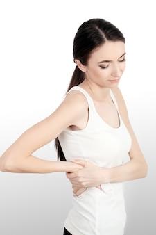 Rückenschmerzen. schöne junge frau, die den starken rückenschmerzen, gesundheitsfrage habend glaubt. attraktives mädchen, das unter dem schmerzlichen gefühl, rückenschmerzen, händchenhalten auf körper leidet. gesundheitswesen-konzept.