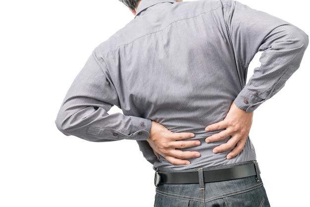 Rückenschmerzkonzept, das vorbei in den schmerz mit den händen zurück anhalten verbiegt