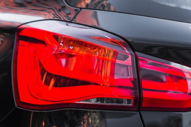 Rücklicht auf modernem schwarzem automobil