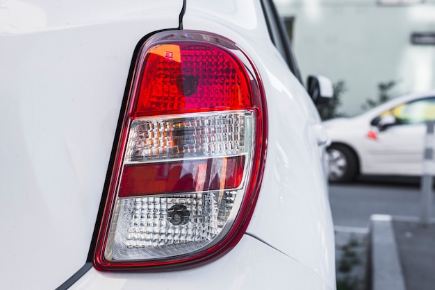Rücklicht auf neues weißes auto