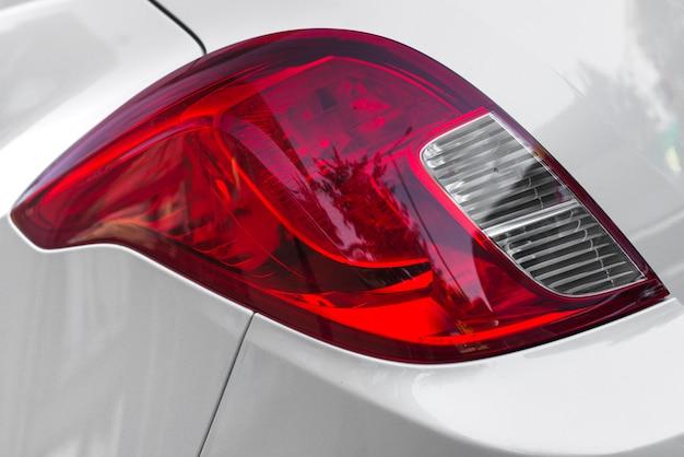 Rücklicht bei silbernem automobil