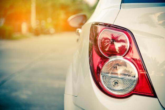 Rücklicht für das auto geparkt auf der seite der straße