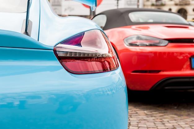 Rücklichter eines blauen autos