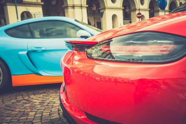 Rücklichter eines roten autos