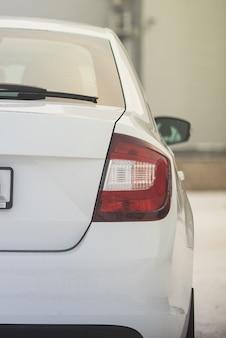 Rücklichter eines weißen autos