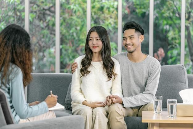 Rückseite des coachings zur kenntnis nehmen und asiatische liebhaber beraten, nehmen sie glück