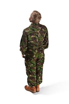 Rückseite des jungen armeesoldaten, der tarnuniform trägt, lokalisiert auf weißem studio