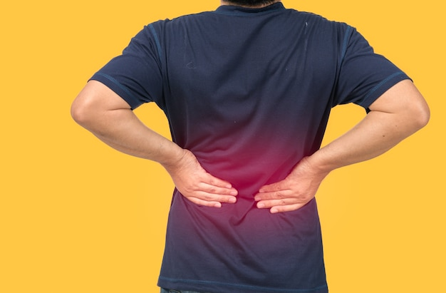 Rückseite des mannes, der unter isolierten rückenschmerzen leidet, schmerzen im unteren rücken und gesundheitskonzept
